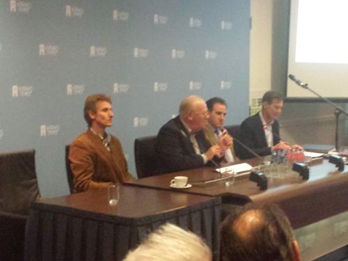 Beantwoorden van vragen, met links Marcel Crok, Hans Labohm, Benny Peiser en helemaal rechts Nic Lewis