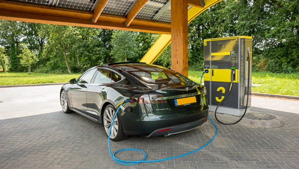 Sprookjes Rond Elektrische Auto Doorgeprikt