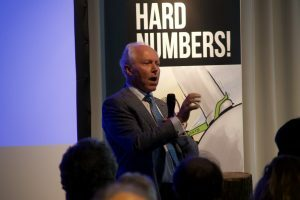 Guus Berkhout speaking in front of the Ontgroeningsdag audience